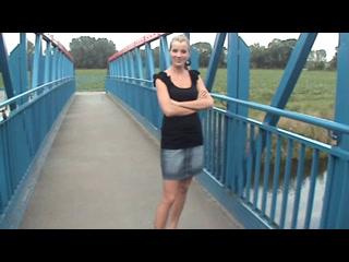 outdoor Spontan auf einer Brücke wo publikum vorbei gehen