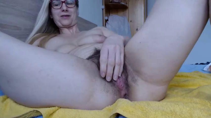 short face-pussy masturbation